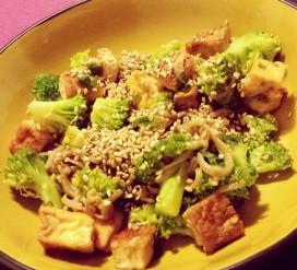Grikių ir saldžiųjų bulvių makaronai su brokoliais ir tofu