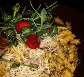 Kukurūzų ir ryžių makaronai su saulėje džiovintais pomidorais ir pesto padažu