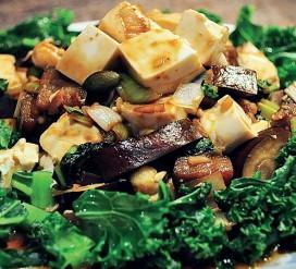 Lapinių kopūstų (kale) ir šilkinio tofu troškinys su miso ir imbieru