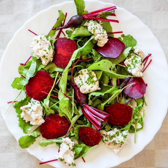 Gražgarsčių, jaunų burokėlių ir žaliavalgiško anakardžių sūrio salotos