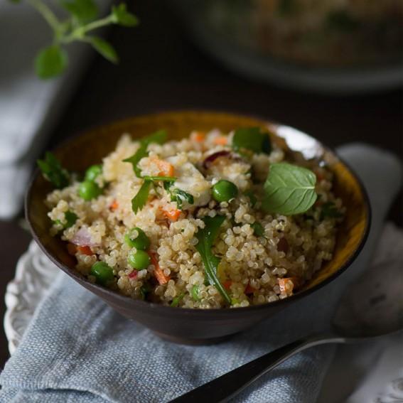 Salotos su bolivinėmis balandomis (kynva), daržovėmis ir feta sūriu